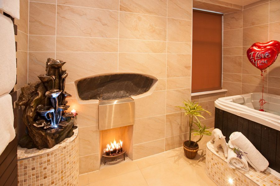 Sugar Suite with Hot Tub and Spa Bathroom