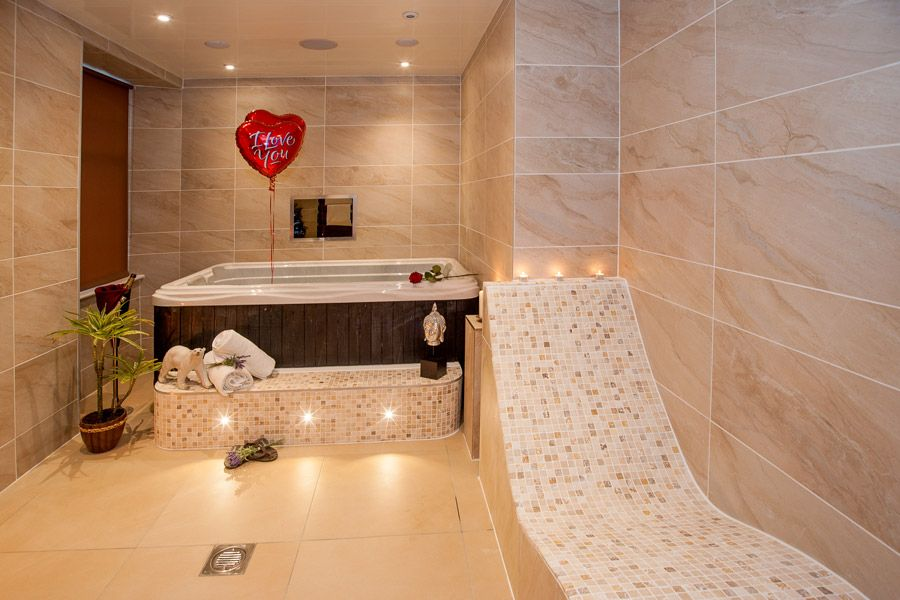 Sugar Suite with Hot Tub and Spa Bathroom