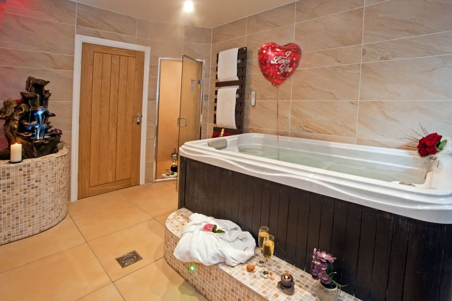 Windermere Boutique Love Suite with Hot Tub and Spa Bathroom