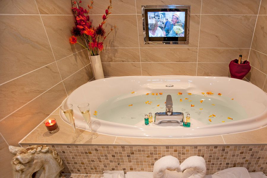 Ti Amo Suite with Hot Tub and Spa Bathroom